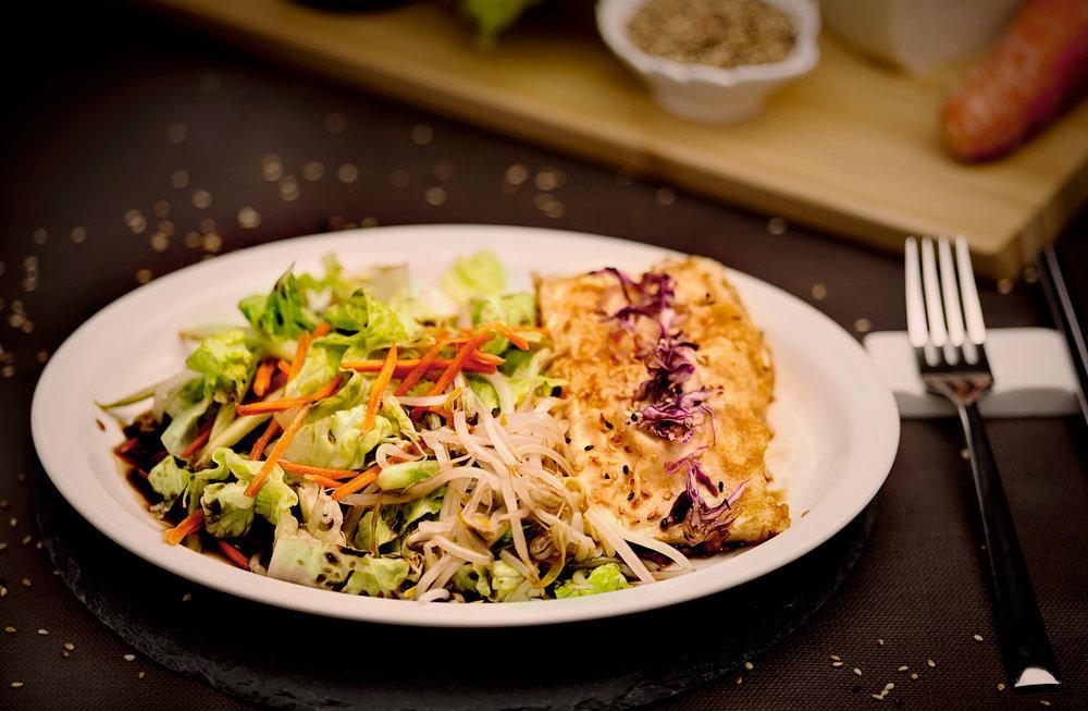 Ensalada de tofu - Ensalada de tofu a la plancha con verduras varias, aliñada con salsa de soja.