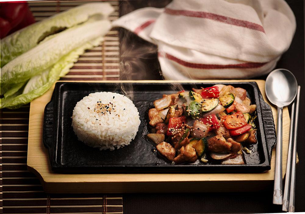 Dak ganjang güi - Suave pollo troceado con salsa de soja y verduras variadas, acompañado de arroz blanco.