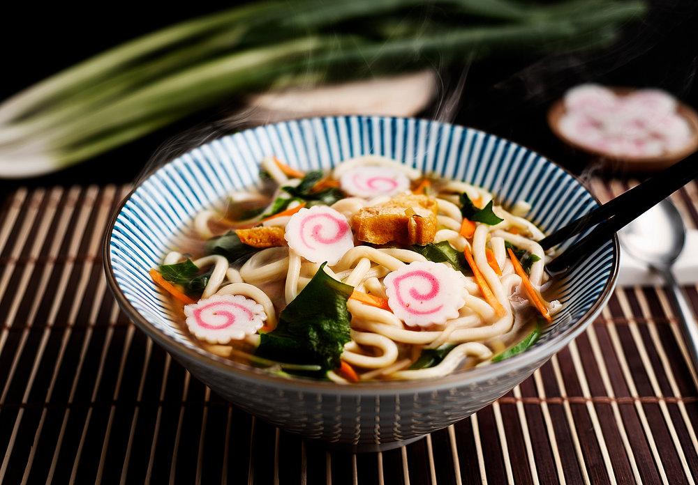 Udon - Tallarines japoneses calientes en caldo de soja y verduras, con tofu, algas y pastel de pescado.