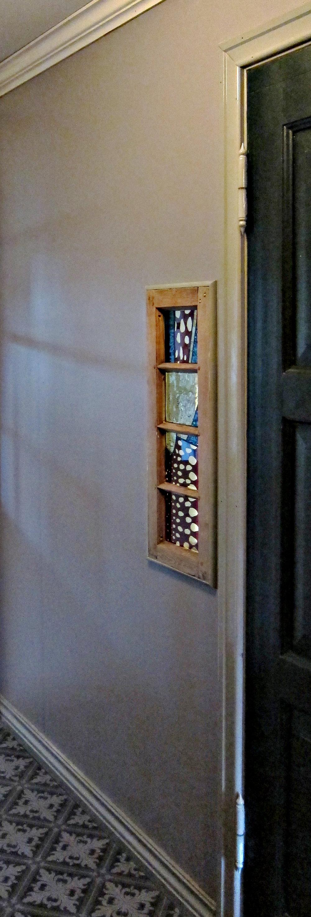 D  Linjordshagen. Randi og Terje bygde om huset sitt og på badet ble det laget en åpning i veggen spesielt med tanken for et glassmaleri..jpg