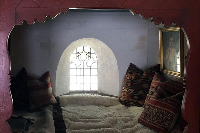 Fin seng på hytta til Geir - Tulipaner er gjennomgangstema i hans hyttetun og da selvsagt motiv for dette og to glassmalerier til.