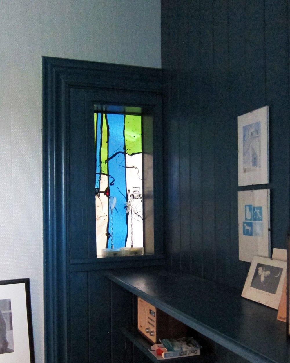 Linjordshagen - Her sett fra soverommet, med den mørke fine fargen på veggen blir glassmaleriet rammet inn og kanskje enda mer iøynefallende.