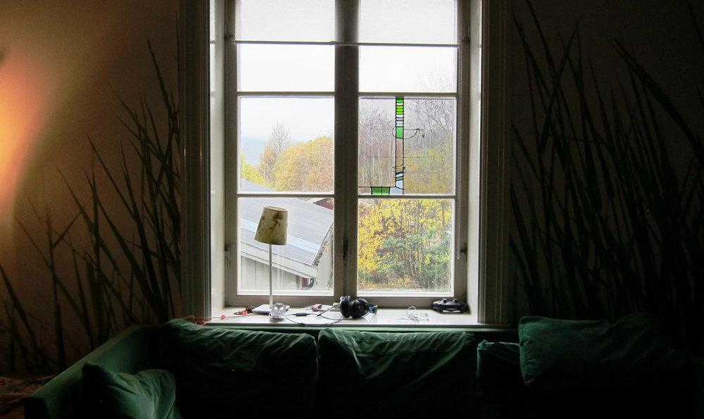 Chilloutrommet Linjordet - 'Håndsøm' dette designet kom at den helt naturlige grunn; vindusruten hadde en sprekk og måtte bøtes. Så da kan man jo male det hele sammen med nål og tråd.