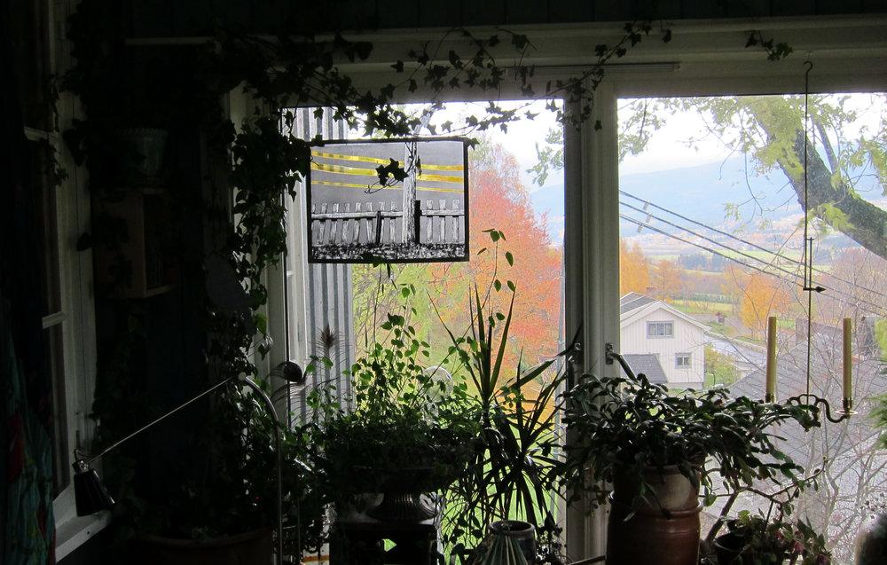 Kraftlinjen i Terjes stue - Fritthengende glassmaleri.