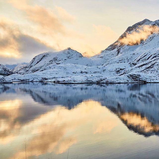 Morgenstund har gull i munn! God søndag👍 . . . . #ocean #sea #sun #blue #båtliv #vinter #norge #norway #landskap #sunrise #boat #oceanmaster_boats #picoftheday #inspiration #instalove #instadaily #instapic