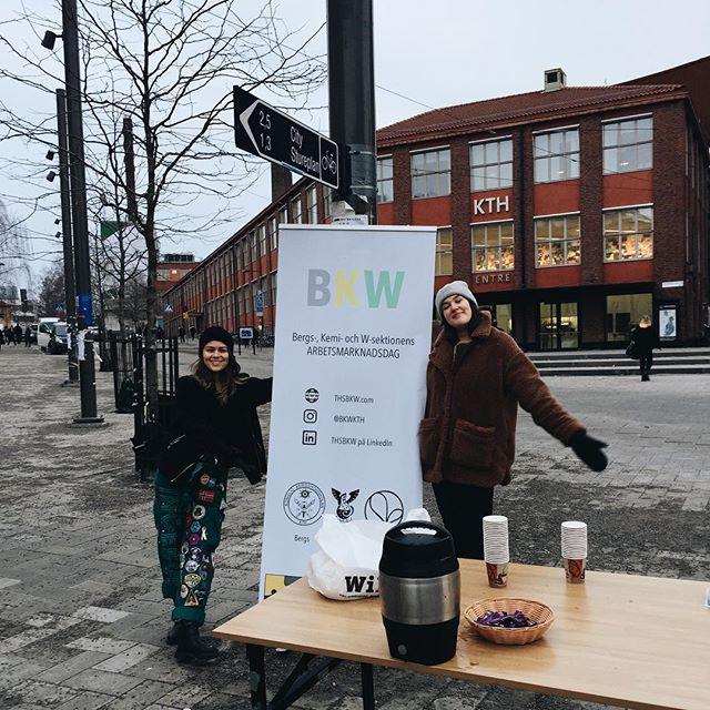 BKW-gänget står utanför KTH Entré med kaffe!!🖤💚💛 5 DAGAR KVAR!!