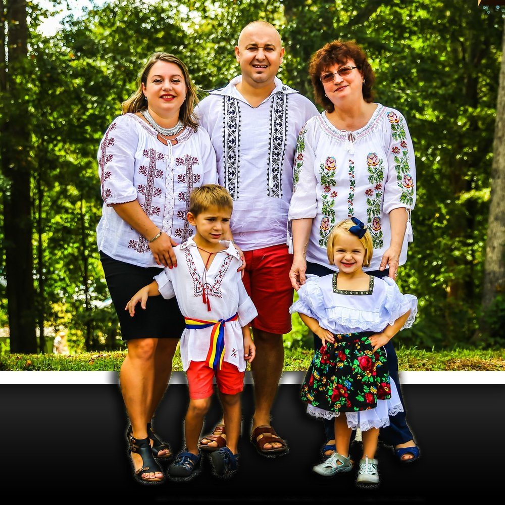 """La cei 35 de ani, Roxana Almășan, mamă și soție, profesoară/tutor, pot spune că mă simt o femeie împlinită și fericită și dau slavă lui Dumnezeu pentru asta.  Am terminat Colegiul Național """"Gheorghe Șincai"""" din Baia Mare, Maramureș, iar datorită mediei de la Bac 9.56 am fost admisă la buget la Cluj, Universitatea """"Babeș-Balyai"""", ca Studentă a Facultății de Istorie și Filozofie.  Au urmat 4 ani de studiu intens iar după absolvirea facultății m-am întors în orașul natal, Baia Mare, unde am predat elevilor Istorie atât la nivel gimnazial (Școala 13), cât și Liceal (Liceul Nr. 1).  Cu soțul meu m-am cunoscut în Baia Mare și aș putea spune că a fost dragoste la prima vedere, amândoi împărtășeam aceleași vise, ne uneau aceleași idealuri... Era bine acasă, însă doream să dăm o șansă în plus copiilor nostri, de aceea am imigrat pe acest tărâm al fagăduinței.  Cred că înțelegeți că sunt o bună cunoscătoare a trecutului țării noastre, însă șovinismul nu are loc în inima mea, sunt etern recunoscătoare acestei țări care ne-a înfiat.  Raul, soțul meu, este Sr. Engineer, lucrează de 10 ani în Maintenance pentru o companie. Matthew, băiețelul nostru, a împlinit de curand 6 ani și este în clasa I la North Metro Academy. Olivia are 3 ani și jumătate și este elevă la Christian Preschool.  ... Iar eu , dupa 8 ani ca Pre-K & K Teacher în Private Schools, am primit cu bucurie jobul de Assistant Director of Curriculum la o Școală Primrose. Olivia era micuță și nu am profesat prea mult, am fost stay-at-home mamă pentru 3 ani de zile, m-am ocupat exclusiv de creșterea și educarea copilașilor noștri.  Mi-am reluat de curând cariera didactică, meditând elevii (Tutor), atât în privat, cât și lucrând pentru Tutoring Agencies (Great Potential Learning & Varsity).  Mă bucur să pot servi și în acest An Școlar lui Dumnezeu, acestei minunate comunități de care aparținem și copilașilor. Îmi voi da toată priceperea, cunoștințele și aportul să îi învăț din trecutul glorios și totodată crud al Romaniei"""