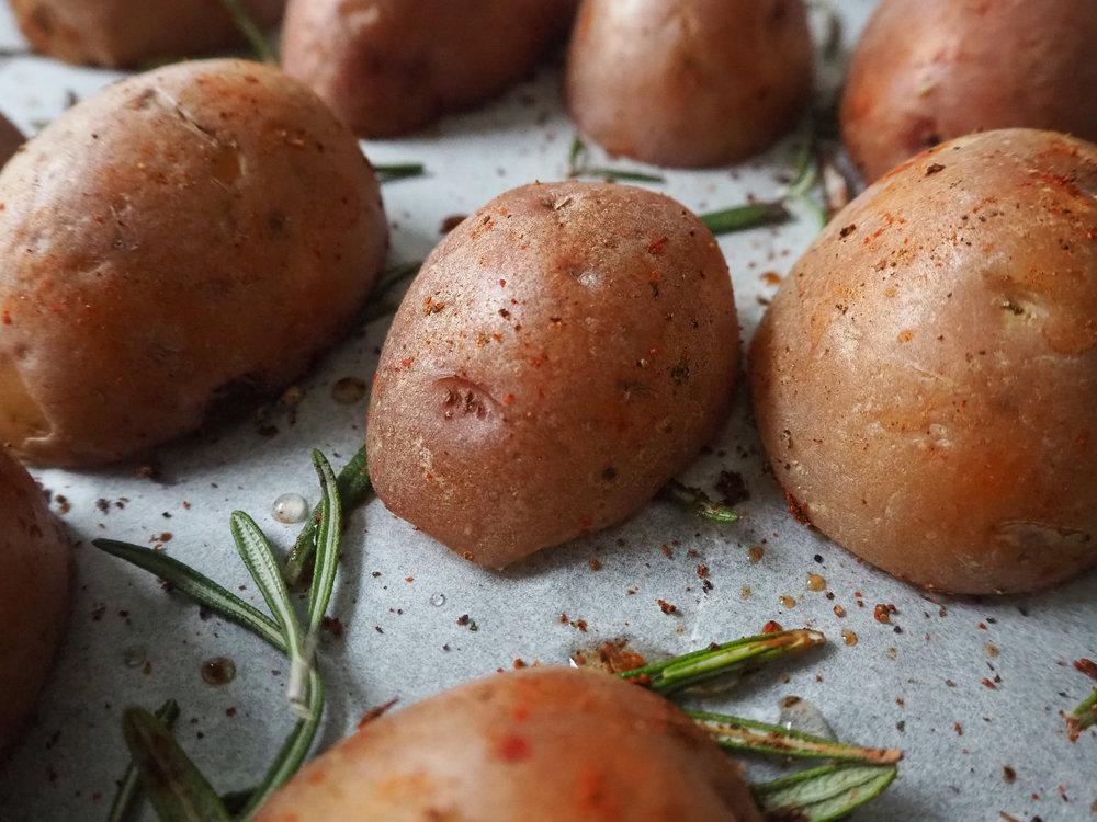 Place the potatoes on the rosemary!  © Elena Hollenhorst
