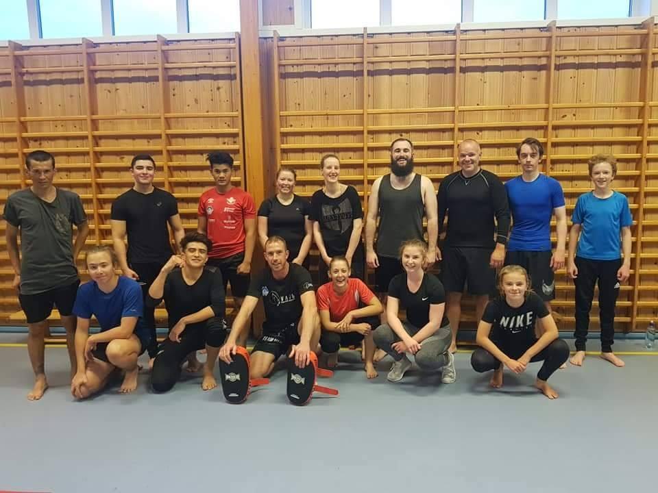Muay thai/Kickboxing - I Volda tilbyr vi blant annet Muay thai og Kickboxing. Gjengen i Volda er godt blandet. Høyskolen er godt representert, og begge vi har en god kjønnsfordeling. I Volda har vi 4 partier - Bootcamp, all Levels, avansert og drill sparring.Partiene ledes av Raymond, Rory og Morten.