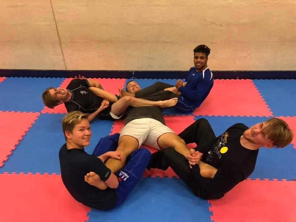 Brazilian Jiu Jitsu - Brazilian er også representert i Volda. På grunn av plassmangel kjører vi disse treningene på Bratteberg Barneskole. Gjengen driller i all hovedsak uten drakt, men dette vil endres etter hvert.Gjengen ledes av Jørgen, med hjelp fra flere av elevene som har vært med en stund.