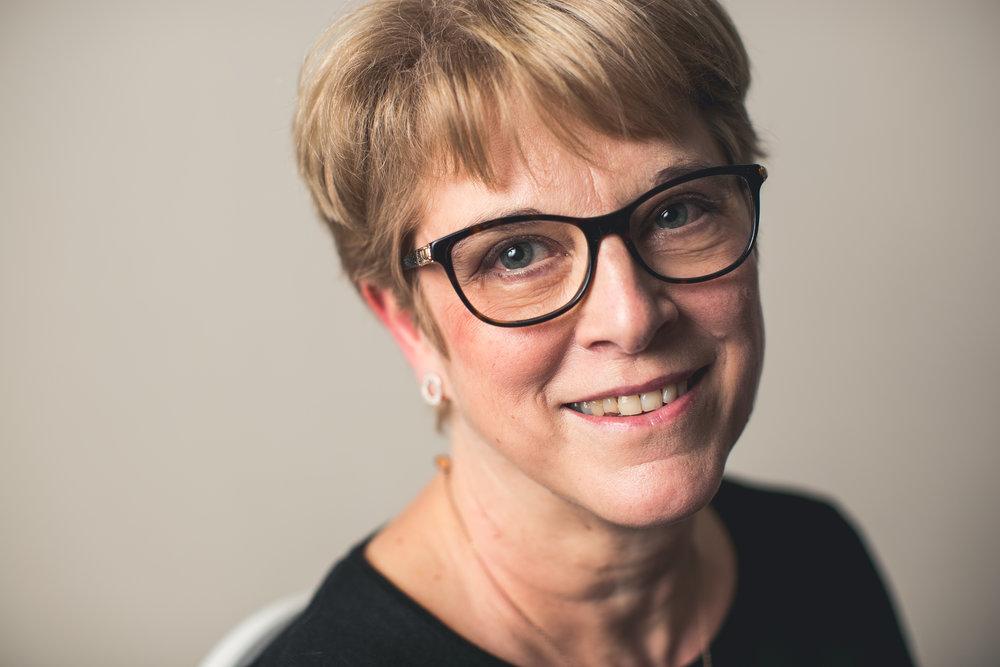 zaalarts - Dr. Bernadette Devos is werkzaam als interniste - zaalarts voor Orthokliniek sinds februari 2016. Zij volgt alle medische (niet-orthopedische) problematieken op bij alle gehospitaliseerde patiënten en fungeert als verbindingsarts met andere medische disciplines en als aanspreekpunt voor artsen, verpleegkundigen en administratieve medewerkers.