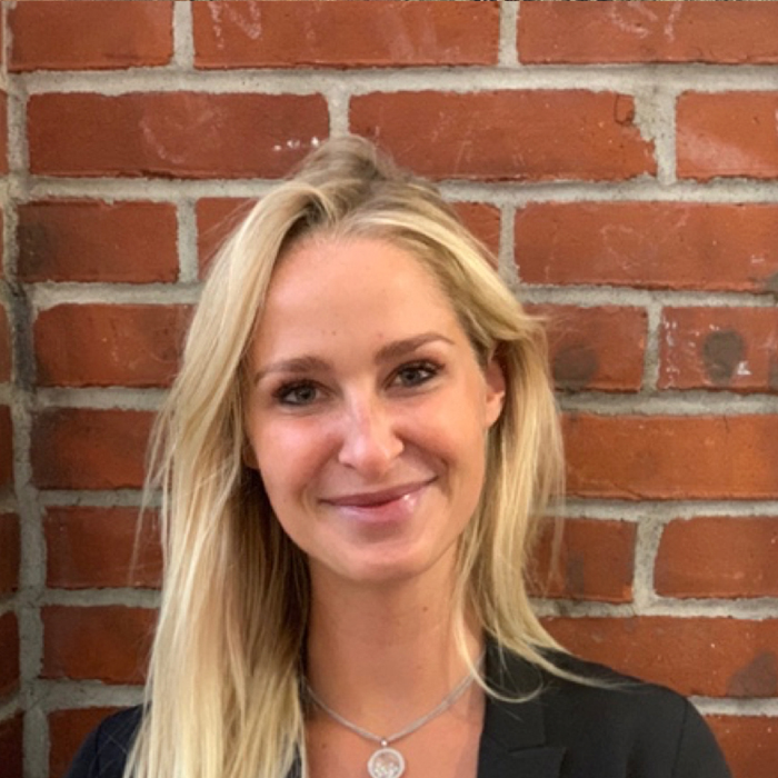 - Hampton KingOperationsHampton spent 3 years at Jefferies as an analyst for their Fixed Income Department and then explored her creative side and joined Simon Wallace Interior Design. Hampton graduated from the University of Virginia.
