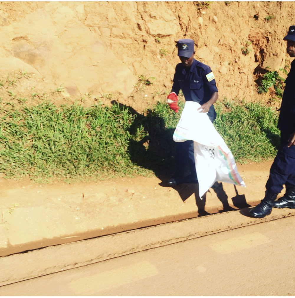 This morning (Wednesday 1/11 in Gatsata area) Rwandan forces Army & Police picking up plastic bags and other wastes. To be exemplar to the community. Well done  @rwandanationalpolice  &  @rdfrwanda
