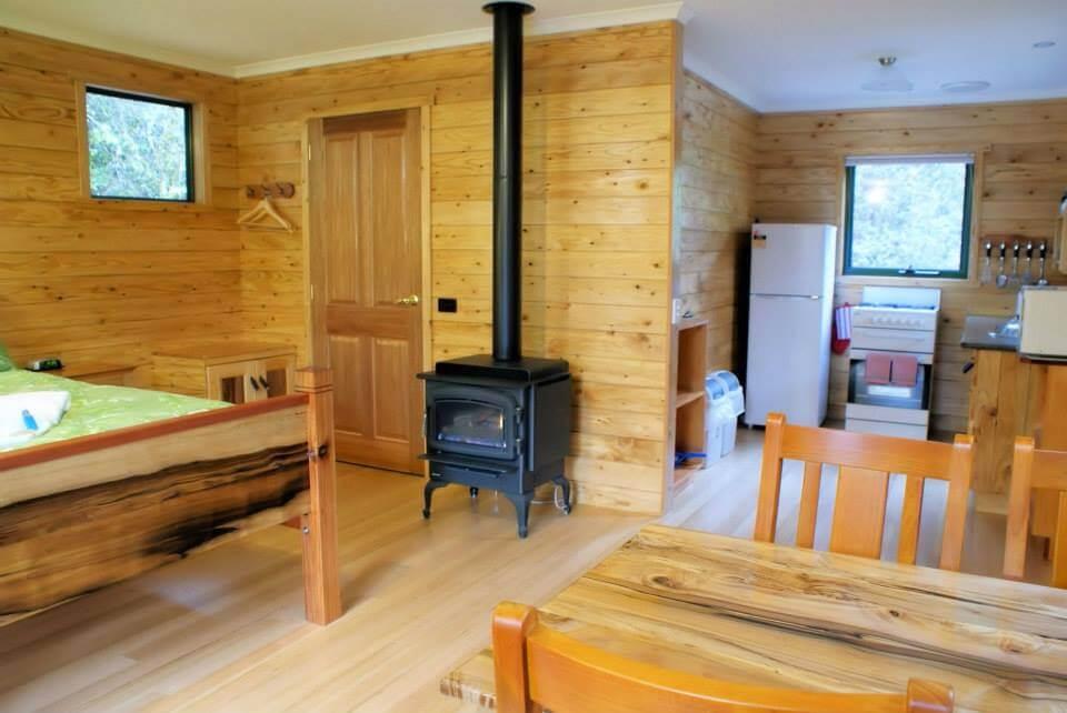 Cradle Mountain Highlanders - marsupial studio cabin - wood fire