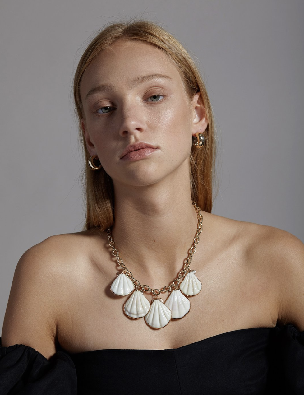 https://reliquiajewellery.com/collections/new/products/catch-me-if-you-can-hoops