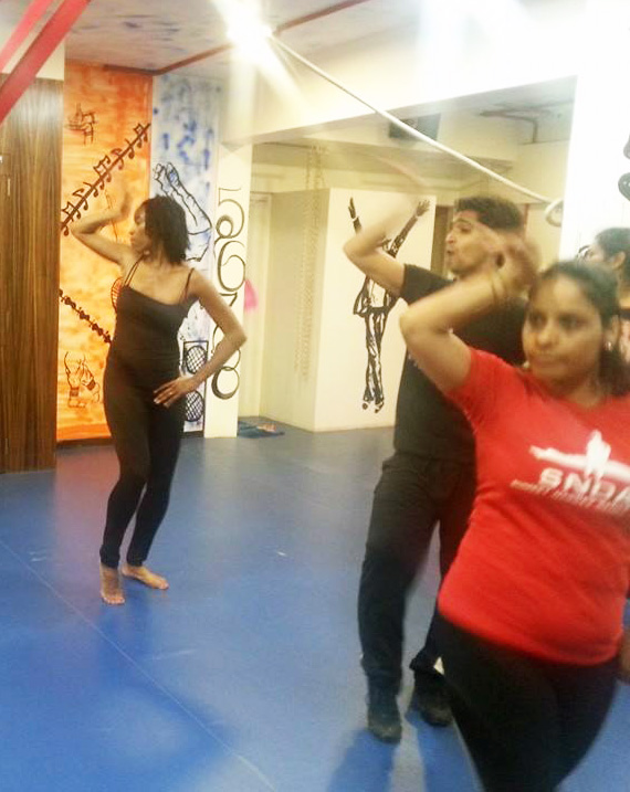 key dancing in mumbai at bollywood dance class