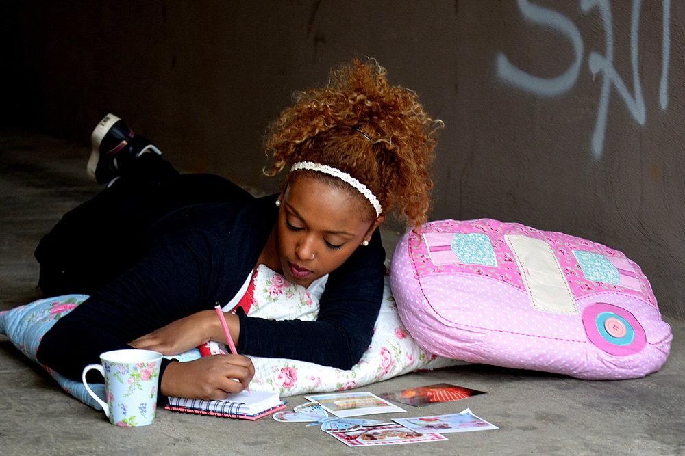 Porträt Mädchen Schreibt Hausarbeit Silke Berg Fotograf Offenburg