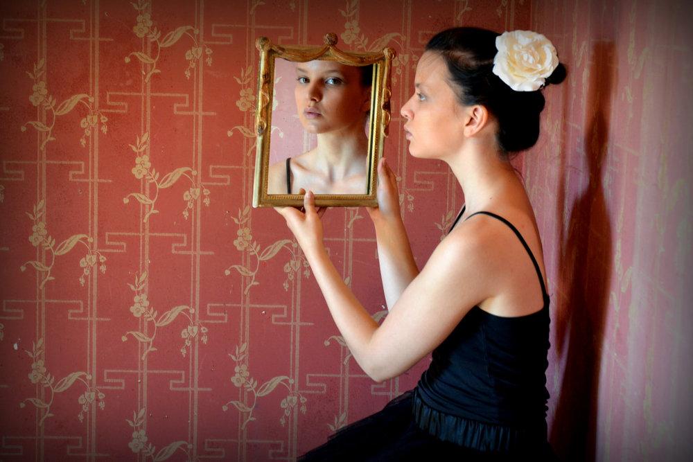 Braunhaarige Mädchen Mit Reflektion Im Spiegel SIlke Berg Fotografie Offenburg