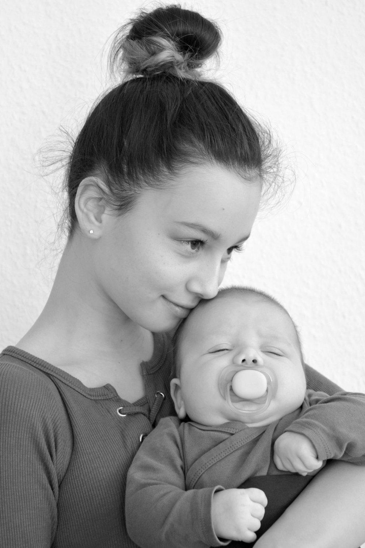 Babyfotografie. Geschwisterbilder, SW Fotografie, Offenburg, Babyshooting, Mädchen.jpg