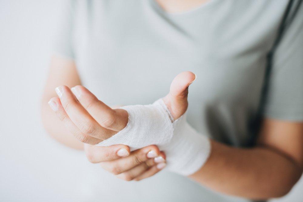 bandage-close-up-hands-1571172.jpg