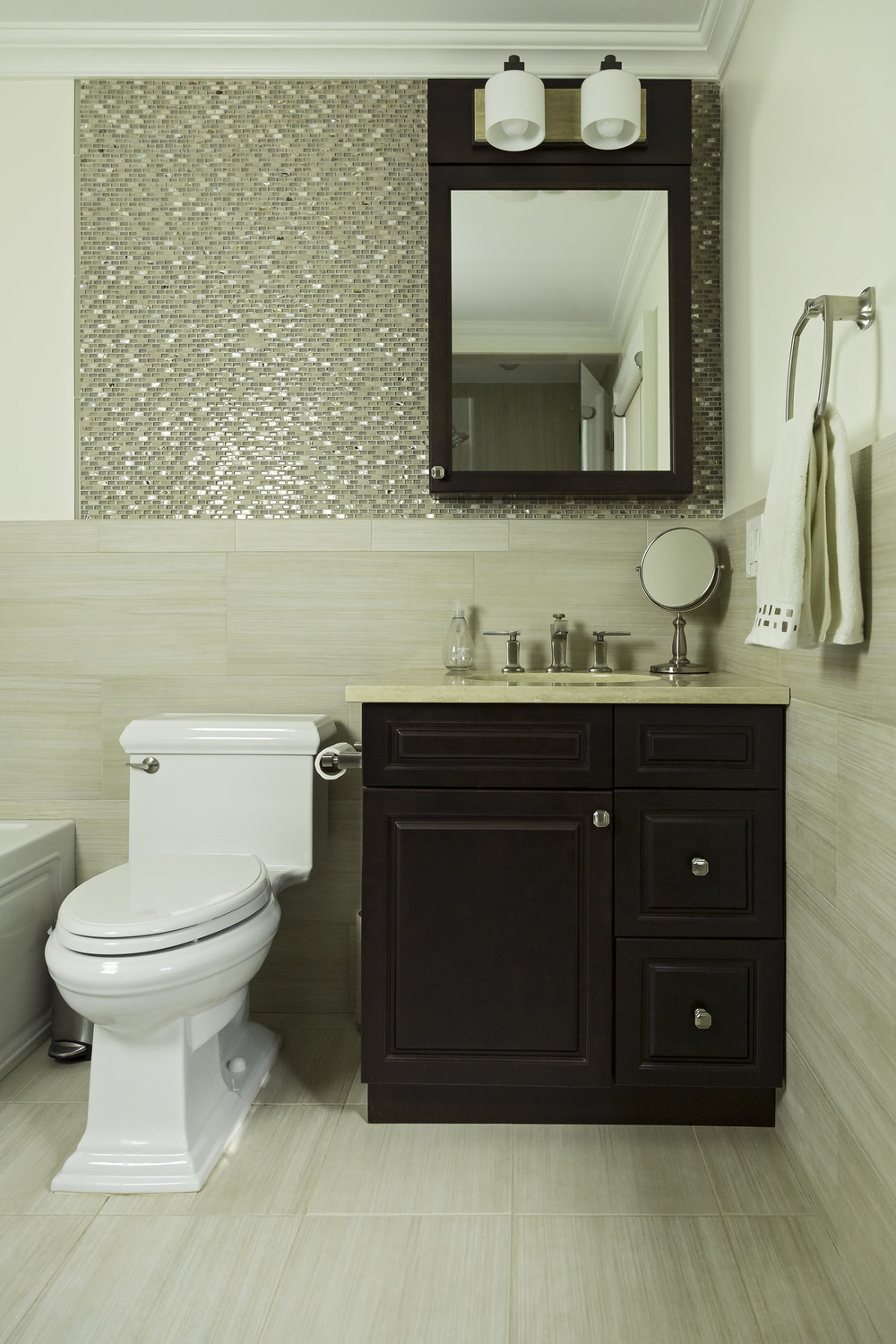 Classic style bathroom with mottled tile on walls