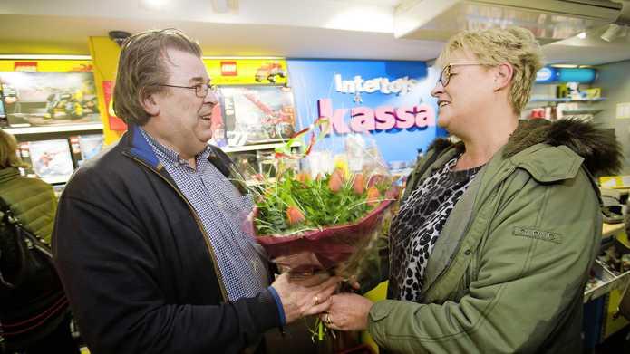 """Met een bos bloemen steekt Gonnie van Rietschoten de Intertoys-winkelier Hans de Groot een hart onder de riem. Hij schiet ervan vol: """"Die steun raakt me diep."""