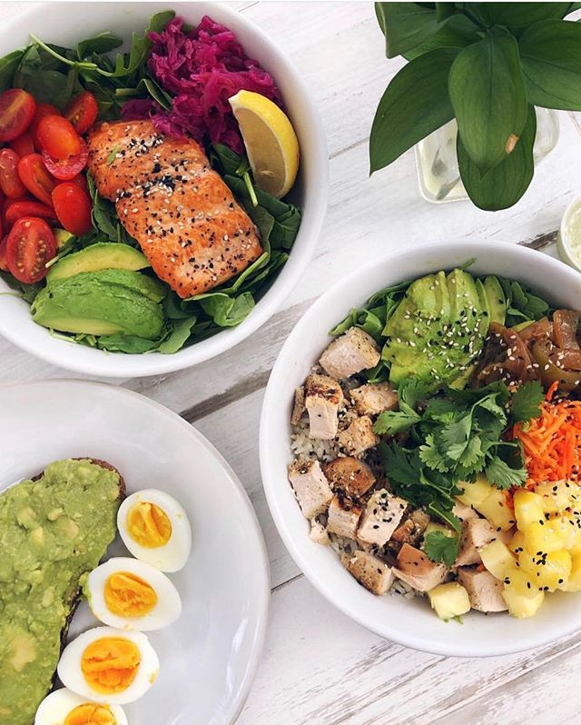 Eat with friends so you can try more foods 🤗 featuring our Avocado Smash with organic pasture raised eggs, Mango Salmon Bowl and Summer Chicken bowl #puravidamiami #eatclean