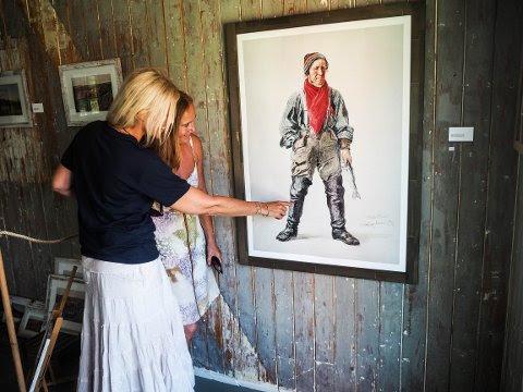 Ingrid loser en kunstinteressert Kjerstin gjennom utstillingen.