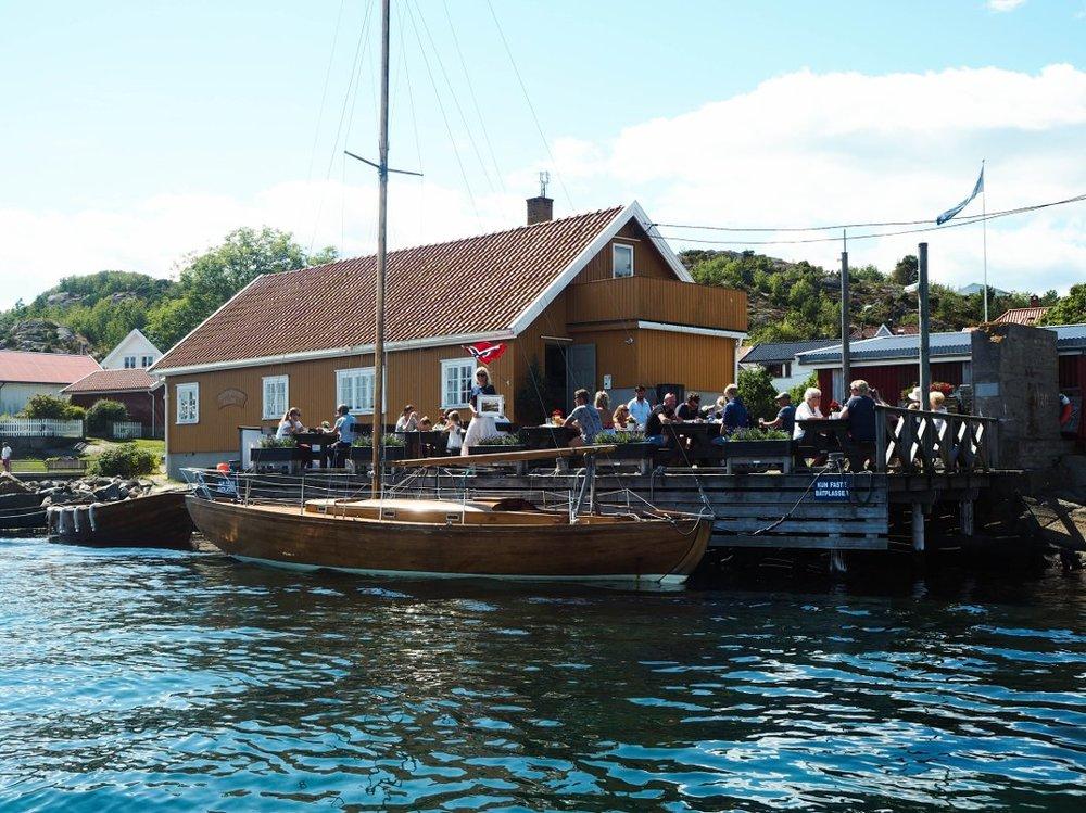 God stemning og yrende liv på Rekefabrikkens uteservering sommeren 2017.