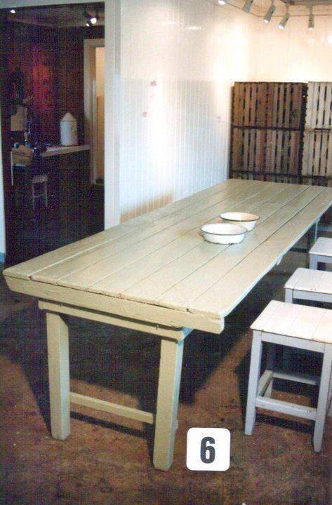 Et av bordene som jentene satt på krakker og pillet reke ved. De små emaljeskålene var til ferdig reke, jentene hadde to hver.
