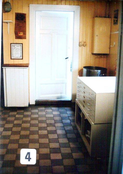 Fabrikk-kjøkkenet og inngangen, der Rekene ble kokt på vedfyrte ovner. Originale gamle gulvflisene i Fabrikk-kjøkkenet.