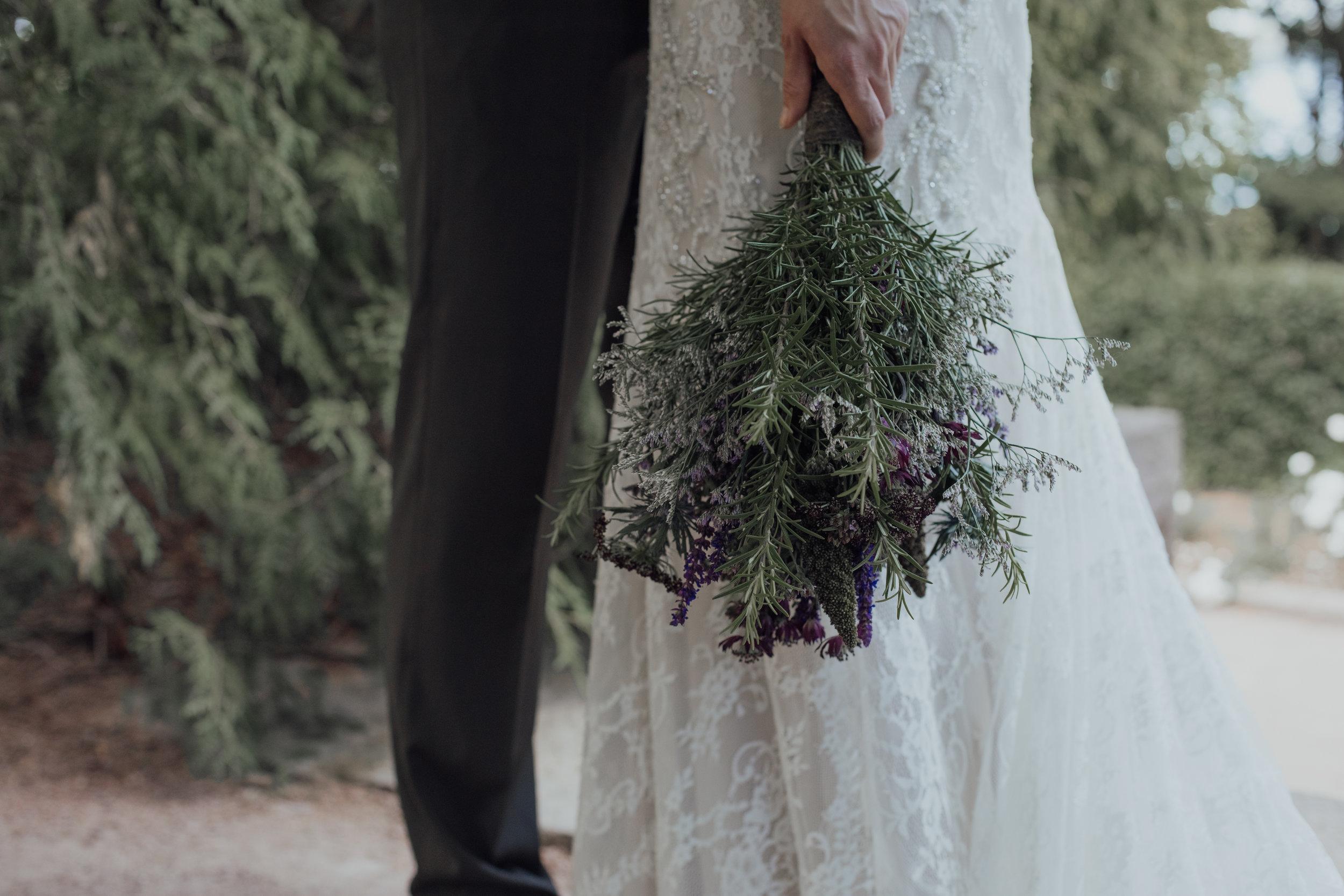 Morsiuskimppu, rosmariini, lilat sävyt