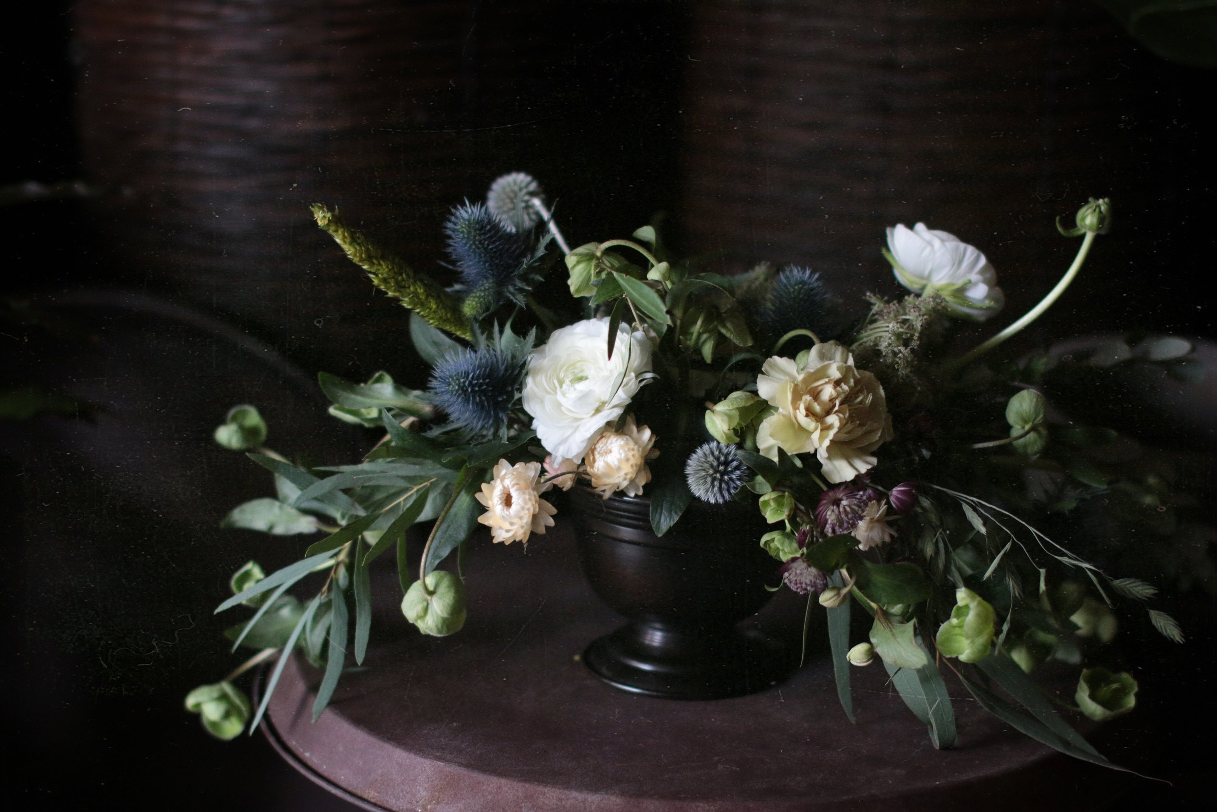 kullero, jouluruusu, uurnavaasiin kanaverkkotekniikalla kukka-asetelma, talvinen asetelma, kukkakauppa piia jaala