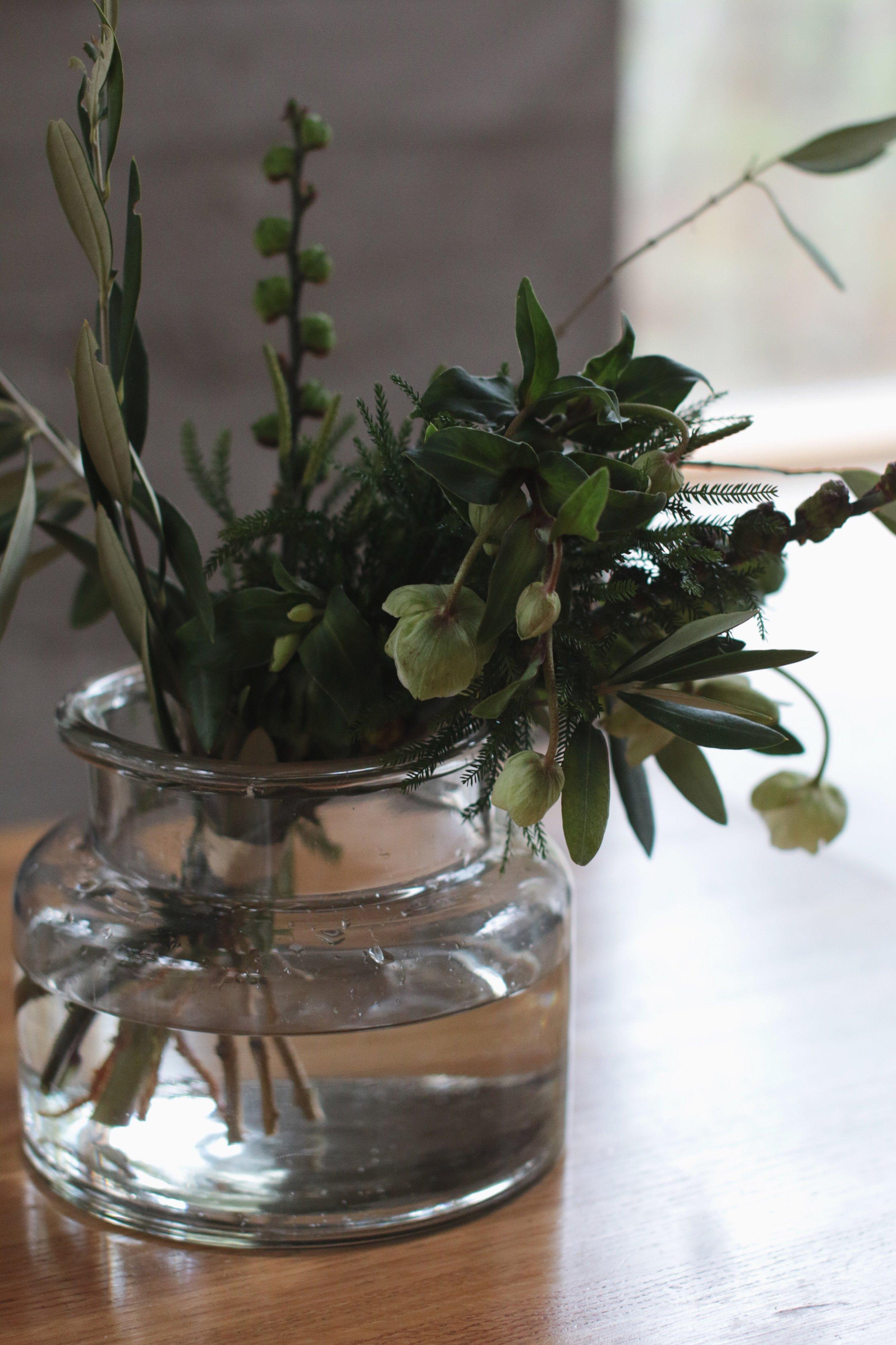 leikkokimppu erilaisita vihreistä, jouluruusu, kukka-kimppu