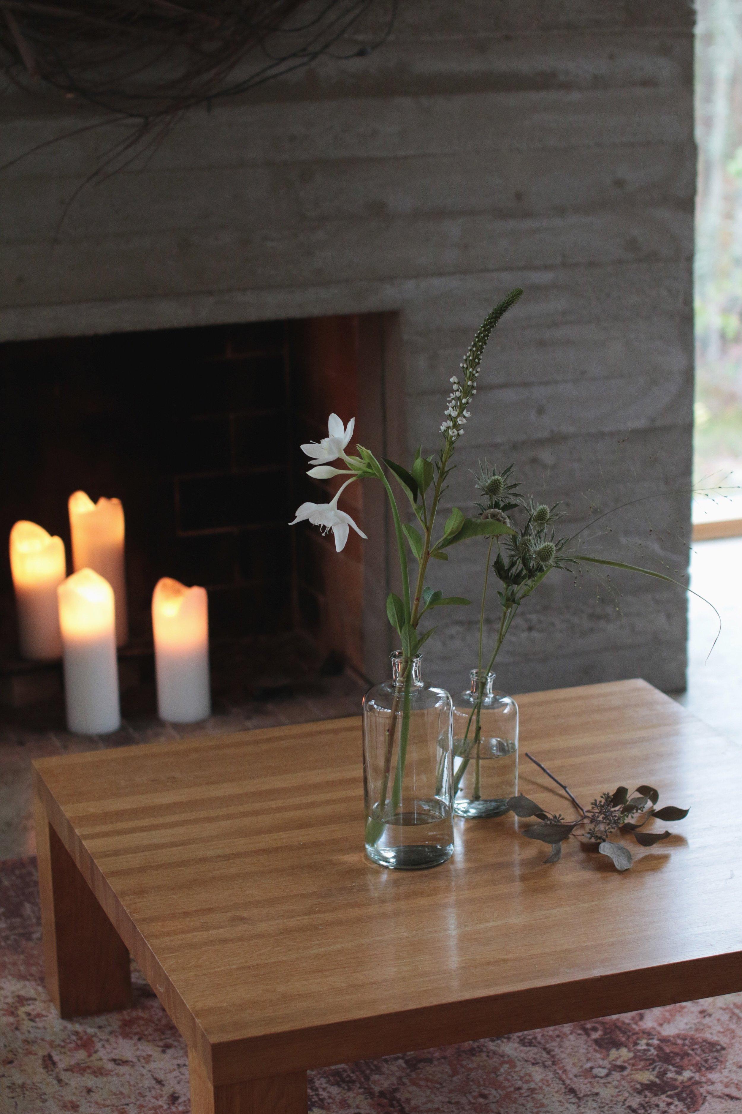 kukkia aseteltuna luonnollisesti, kukkia lasipulloissa, kukka-asetelma. kukkakimppu, leikkokukat, sesongit kukkivat leikkokukat, kuivuvat kukat, kuivakukat