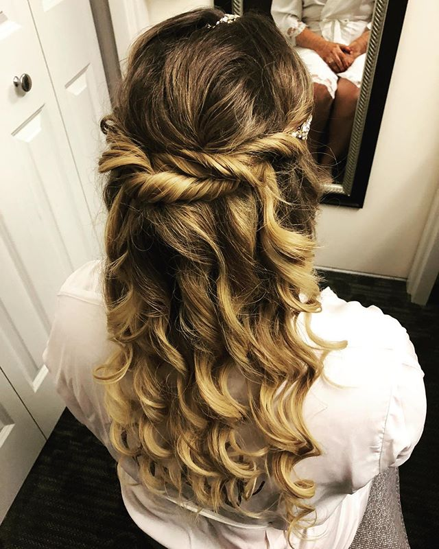 We added twists and curls to this beautiful bride! #finehairstyles 😍😍😍😍 Hair: @_h_n_s_ with @shannonmichaelstyle 👉🏻 Book us! 👉🏻shannonmichaelstyle.com #bride #bridehairstyle #bridalhair #bridalhairstyle #weddinghair #weddinghairstyles #weddingstyle #clevelandhairstylist #clevelandwedding #clewedding #ohiohairstylist #ohioweddings #ohiowedding #shannonmichaelstyle