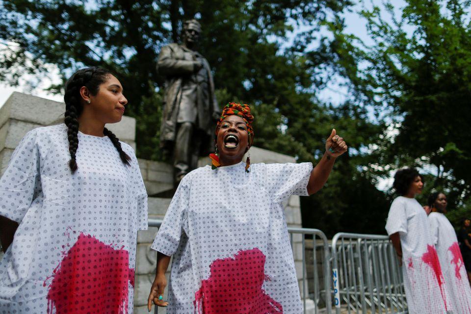 @blackyouthproject reivindicando la retirada de la estatua de Sims en Nueva York (2018)  Fuente: theartnewspaper.com