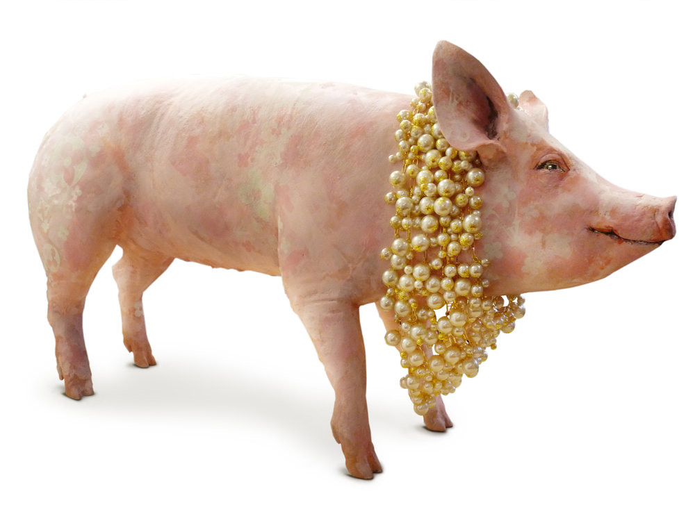 Emília - Porca de resina pintada à mão, colar de 7 voltas de pérolas falsas.   Handpainted resin pig, 7-tier fake pearl necklace.