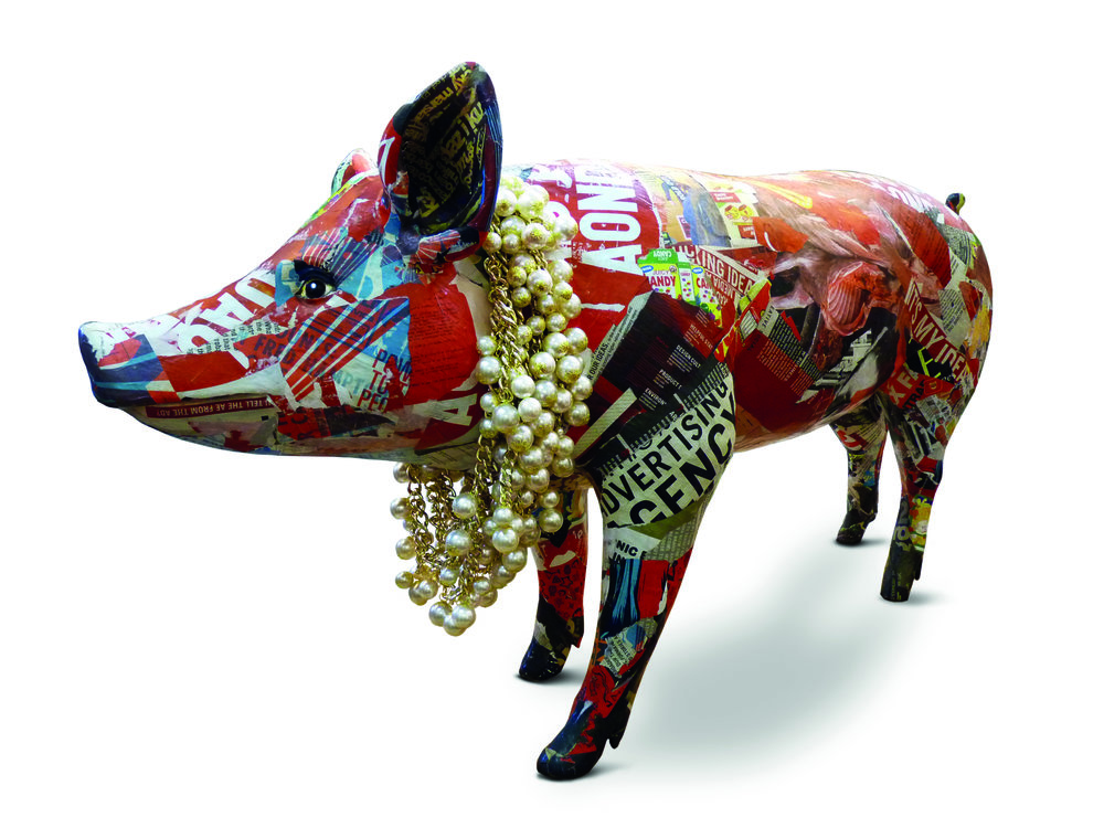 Emília 2 - Porca de resina revestida de cartazes publicitários, colar de pérolas falsas.   Resin pig covered with advertising posters, fake pearl necklace.