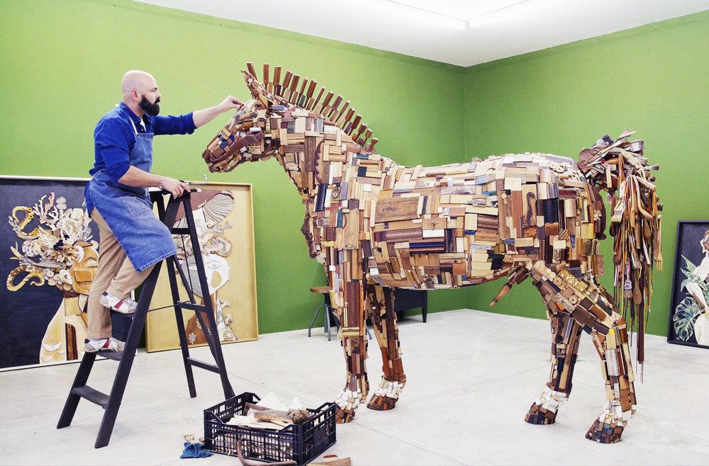 Cavalo em resina revestido de pedaços de madeira .  Resin horse covered with pieces of wood.