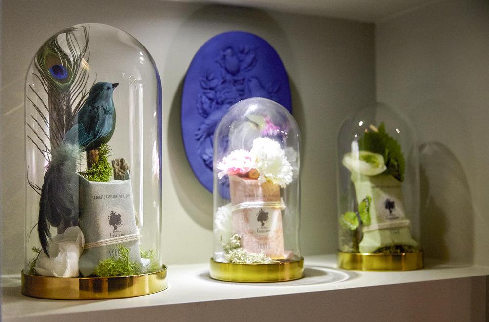 Criação de peças artísticas com inclusão de merchandising.   Creation of artistic pieces including merchandising.