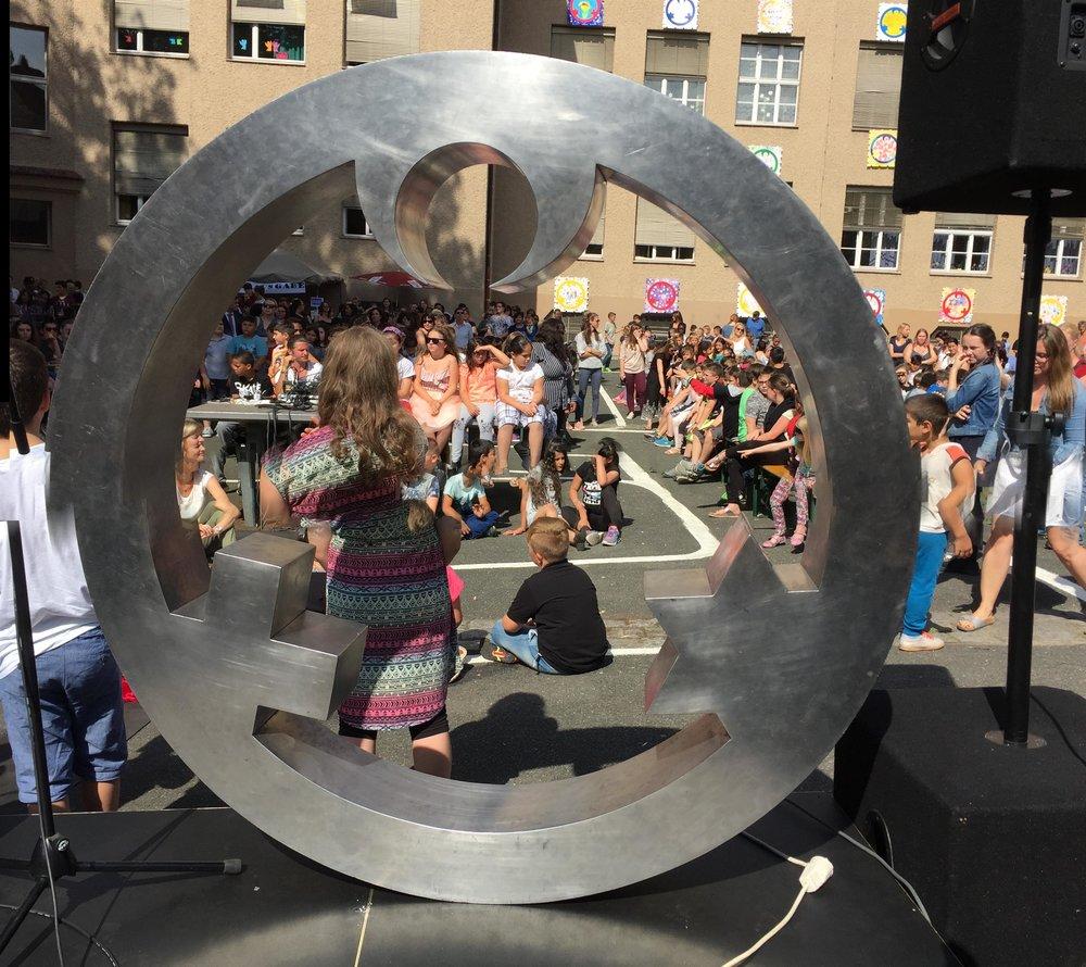 Der Engel der Kulturen bei einem Schulfest der Friedrich-Wilhelm- Herschel-Schule. Foto: privat
