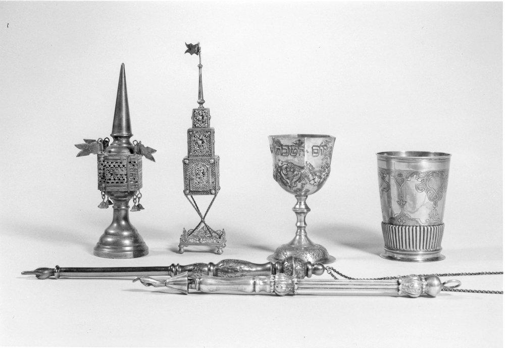 Objektankäufe des Fördervereins 1997. Besamimbüchsen, Kidduschbecher, Torazeiger. Foto: Richard Krauss, Nürnberg, ©Jüdisches Museum Franken