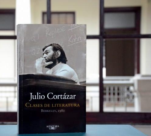 clases de literatura - Esta transcripción de las clases que dio Cortázar en Berkeley, California, en el otoño de 1980, son la muestra del genio y la maestría del escritor argentino en el arte de la literatura.