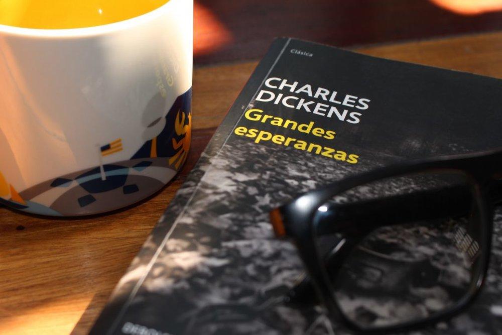 grandes esperanzas - Grandes esperanzas es uno de los libros más representativos del escritor inglés Charles Dickens. Considerado por muchos como su obra maestra, junto con Historia de dos ciudades, es una novela entre las más cortas que escribió.