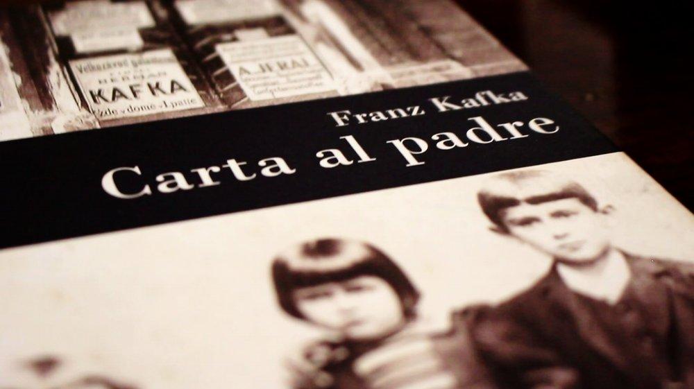 carta al padre - Carta al padre es la íntima y desgarradora carta que le escribió Franz Kafka a su padre Hernan Kafka en 1914. Una confesión de las rabias, miedos y rencores que inspiraron la obra del escritor.Este es más que el resumen del libro Carta al padre de Kafka, es también una reseña y un análisis del impacto de esta carta en toda la obra de Kafka.