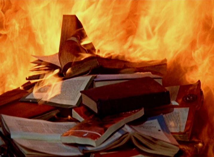 fahrenheit 451 - Esta es la novela distópica del escritor norteamericano Ray Bradbury donde se nos presenta una sociedad con un enemigo consagrado: los libros.