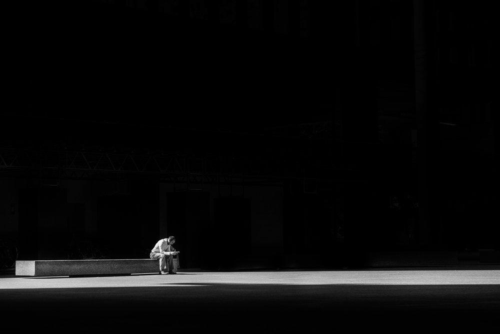 """El amenazado - El amenazado es un poema de Jorge Luis Borges escrito en 1972 y publicado por primera vez en El oro de los tigres. Quizás uno de los más conocidos, este poema de amor de veintiún versos, nos presenta la angustia de quien se ve """"amenazado"""" por la fuerza del amor.Limpio y evocativo, El amenazado es, sin duda y como muchas de las obras de Borges, una pieza maestra.Foto por Matthew Henry en Unsplash"""