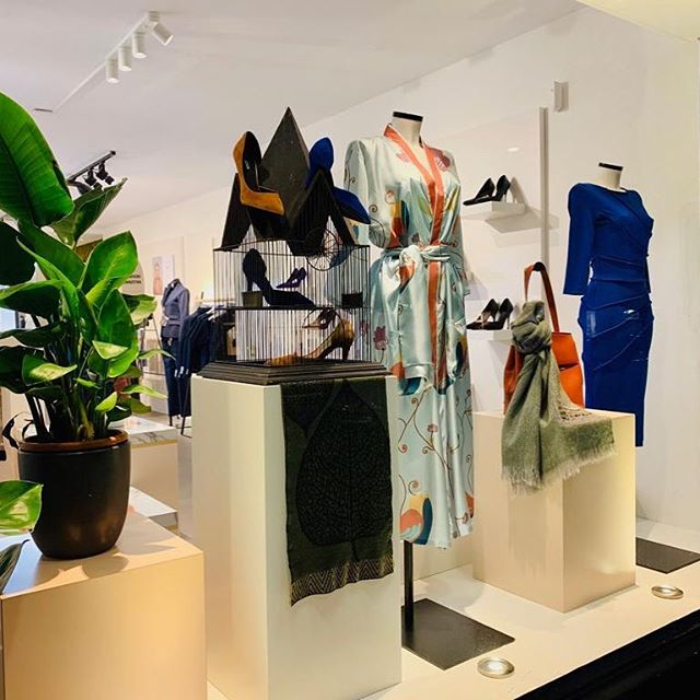 Every week a new window display ✨Mixing & matching all of the beautiful brands & products together. We can make endless combinations and new looks just like we can create your favorite outfit, custom or tailor made 💫 #HOUSEofARTISANS . . . #amsterdam #shoplocal #womensfashion #boutique #heels #handbags #scarves #sportswear #jewerly #dresses #denim #madeforwomen