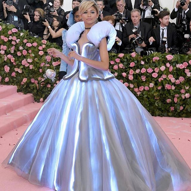 Technology and textiles are intertwining to create magical designs and pushing designers' to continually embrace technological developments. We love the change of pace displayed with Zendaya's Met Gala look designed by Marc Jacobs. 📷: extratv . . . #thecutfashiondesignacademy #thecutfashionacademy #metgalacamp #metcamp #fashionschool #fashiondesign #fashiondesignstudent #sewinglessons #patternmaking #vancouverfashion #vancouverbc